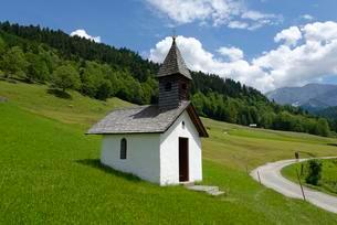 Chapel on mountain at Graseck, Garmisch-Partenkirchenの写真素材 [FYI02709394]