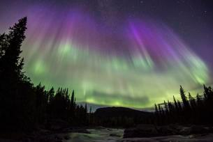 Northern Lights or Aurora Borealis over the riverの写真素材 [FYI02709416]