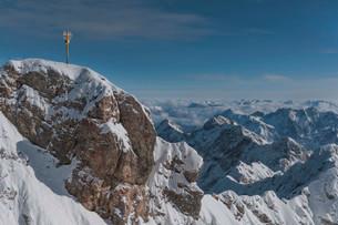 Zugspitze summit cross, Wetterstein, Bavaria, Germanyの写真素材 [FYI02709452]