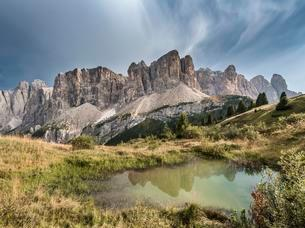 Sella Group with Piscadu reflected in a small pond, Gardenaの写真素材 [FYI02709476]
