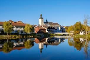 River Regen, Church of St. Michael in Regen, Bavarianの写真素材 [FYI02709518]