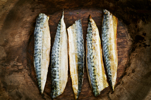 Smoked fish fillets laid out in a row.の写真素材 [FYI02709553]