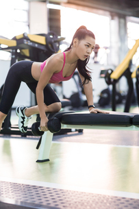 Young woman exercising at gymの写真素材 [FYI02709620]