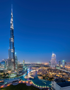 Cityscape of Dubai, United Arab Emirates at dusk, with illuminated Burj Khalifa skyscraper in the foの写真素材 [FYI02709657]