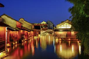 Wuzhen Xishan Nightscape,Hangzhou,Zhejiang,Chinaの写真素材 [FYI02709741]