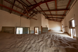Interior of an abandoned building full of sand.の写真素材 [FYI02709752]