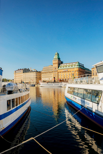 Sweden, Stockholm, Nybroviken, Tourboats in harborの写真素材 [FYI02709768]