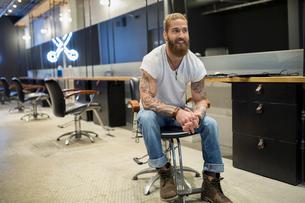 Hipster hairstylist sitting in hair salonの写真素材 [FYI02709773]