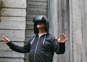 A middle aged man wearing a virtual reality headset.の写真素材 [FYI02709786]