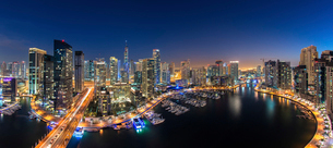 Cityscape of Dubai, United Arab Emirates at dusk, with illuminated skyscrapers and the marina in theの写真素材 [FYI02709792]