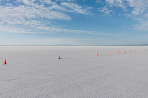 Traffic cones marking race course on Salt Flats at duskの写真素材 [FYI02709832]