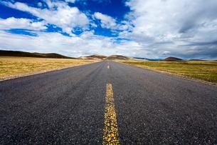 Road in Tibet, Chinaの写真素材 [FYI02709848]