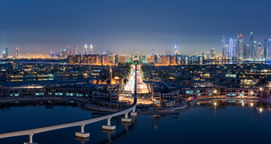 Cityscape of Dubai, United Arab Emirates at dusk, with illuminated skyscrapers in the distance and bの写真素材 [FYI02709851]