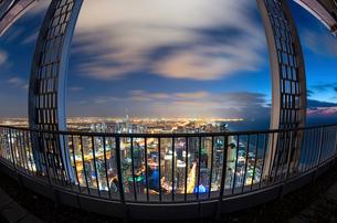 Fish-eye cityscape of Dubai, United Arab Emirates at dusk, with illuminated skyscrapers and coastlinの写真素材 [FYI02709898]