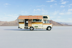 Vintage Dodge Sportsman RV with striped canopy parked on Salt Flatsの写真素材 [FYI02709914]