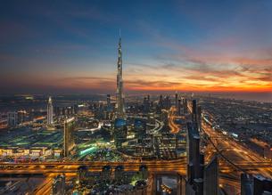 Cityscape of Dubai, United Arab Emirates at dusk, with the Burj Khalifa skyscraper in the distance.の写真素材 [FYI02709966]