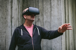 A middle aged man wearing a virtual reality headset.の写真素材 [FYI02709968]