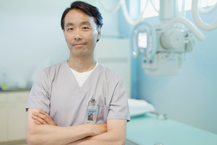 portrait of x-ray technician at medical facilityの写真素材 [FYI02709994]