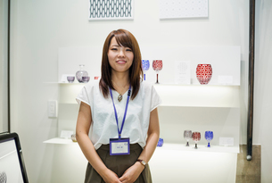 Saleswoman in a shop selling Edo Kiriko cut glass in Tokyo, Japan.の写真素材 [FYI02710050]