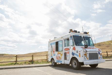 Ice cream van parked on roadの写真素材 [FYI02710051]