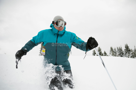 Male skier skiing in snowの写真素材 [FYI02710120]