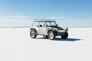 Custom 4x4 Vintage Jeep parked on Salt Flatsの写真素材 [FYI02710143]