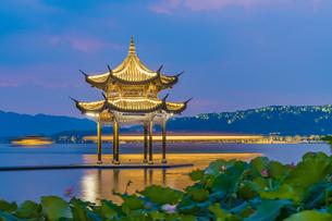 The mid-lake pavilion at the night. West Lake; Hangzhou; Chinaの写真素材 [FYI02710196]