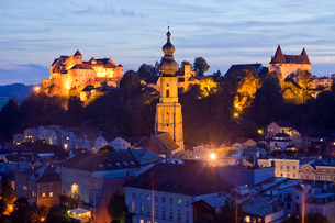 Townscape with Burghausen Castle and the parish church ofの写真素材 [FYI02710254]