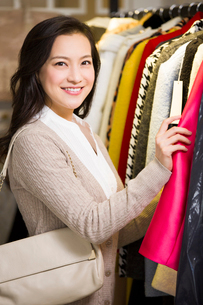 Young woman shopping in clothing storeの写真素材 [FYI02710266]