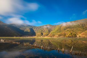 Lake refelction of white cloud and blue sky. Napa Haiの写真素材 [FYI02710407]