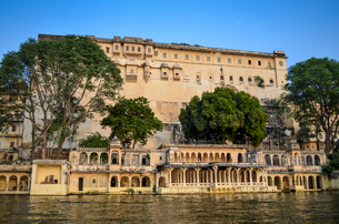 Exterior view of Udaipur City Palace on a hilltop overlooking the lake Pichola.の写真素材 [FYI02710489]