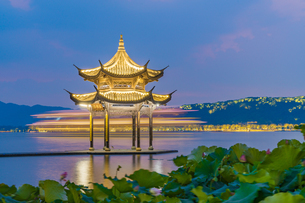 The mid-lake pavilion at the night. West Lake; Hangzhou; Chinaの写真素材 [FYI02710493]