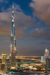 Cityscape of Dubai, United Arab Emirates, with illuminated Burj Khalifa skyscraper in the foregroundの写真素材 [FYI02710523]