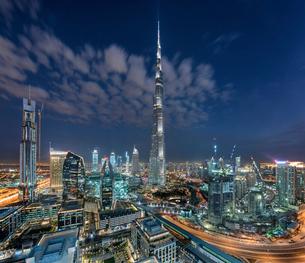 Cityscape of Dubai, United Arab Emirates at dusk, with the Burj Khalifa skyscraper and illuminated bの写真素材 [FYI02710594]