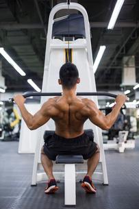 Young man exercising at gymの写真素材 [FYI02710622]