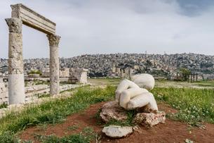 Columns of the ruin of the Temple of Hercules, Jabal al-Qal'a, Amman Citadel, Amman, Jordan.の写真素材 [FYI02710659]