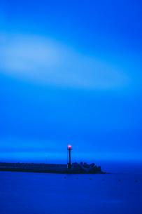 夕刻に灯る灯台の写真素材 [FYI02710907]