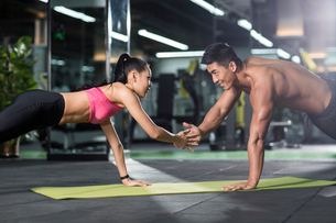 Young couple exercising at gymの写真素材 [FYI02711957]