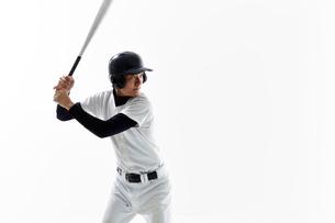 バットを振る野球のユニフォームを着た男性の写真素材 [FYI02712135]