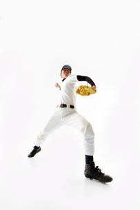 ボールを投げようとしている野球のユニフォームを着た男性の写真素材 [FYI02712195]