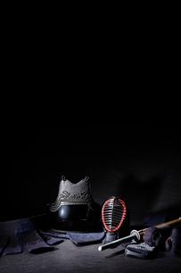 黒い背景に置かれた剣道防具一式の写真素材 [FYI02712268]