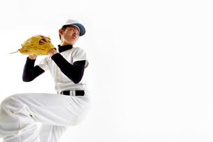 ボールを投げようとしている野球のユニフォームを着た男性の写真素材 [FYI02712273]