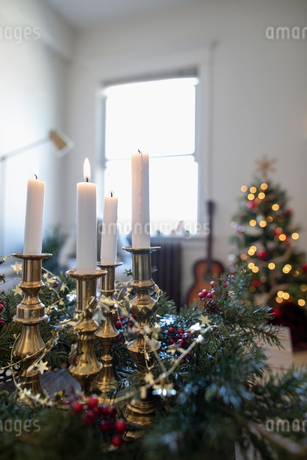 Advent candles in Christmas living roomの写真素材 [FYI02712586]