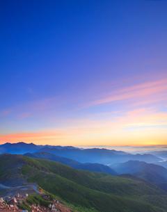 富士見岳から望む穂高連峰などの山並みと朝焼けの写真素材 [FYI02712681]