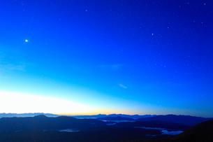 富士見岳から望む甲斐駒ケ岳などの山並みと黎明の星空の写真素材 [FYI02712702]