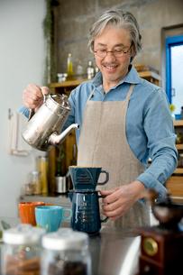コーヒーを淹れるシニア男性の写真素材 [FYI02712951]