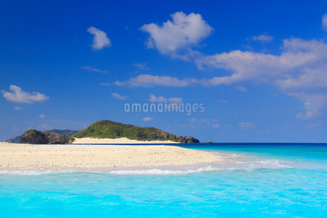 トロピカル色の海と安慶名敷島の砂州と嘉比島の写真素材 [FYI02713498]