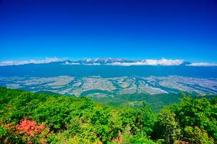 空木岳など中央アルプスの山並みとツツジと伊那谷の写真素材 [FYI02713943]