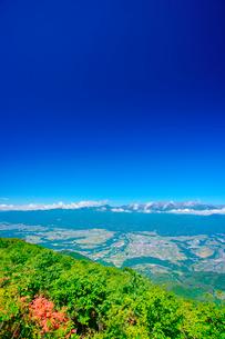 空木岳など中央アルプスの山並みとツツジと伊那谷の写真素材 [FYI02714623]