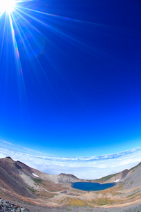 剣ケ峰から望む権現池と白山方向の山並みと雲海の写真素材 [FYI02715351]